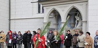 Stadtpfarrer Stephan Eschenbacher und Pfarrerein Doris Otminghaus beim bei der Abschluss-Statio der ersten ökumenischem Palmprozession 2013 an der Ritterkapelle.